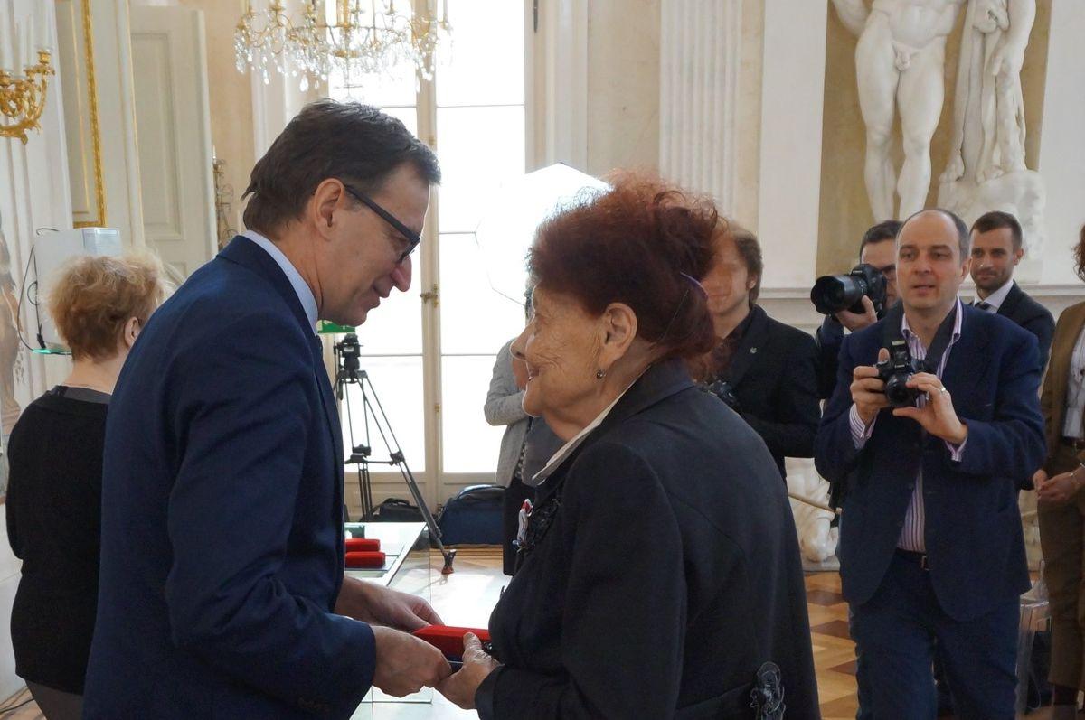 Голова Інституту Національної Пам'яті Польщі Ярослав Шарек вручає Надії Слєсарєвій-Вікторовській нагороду «Свідок Історії»