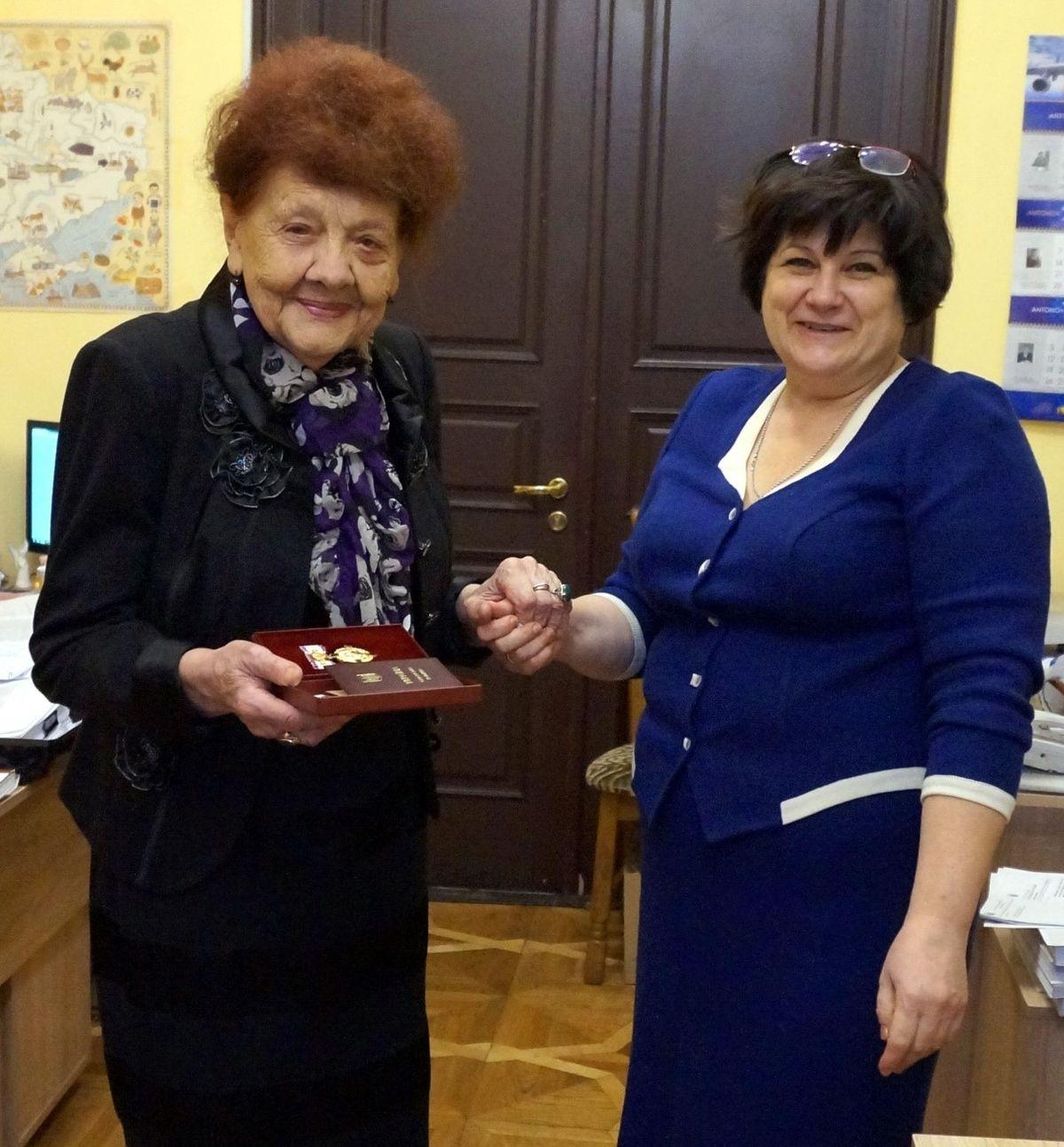Надія Слєсарєва і і начальник відділу нагород КМДА Валентина Анатоліївна Бебко