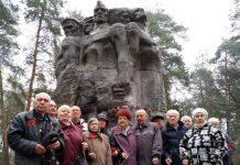 """В Дарницькому лісі біля пам'ятника """"Закатованим у Дарницькому концтаборі"""""""