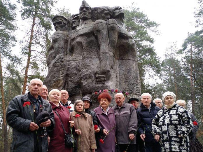 В Дарницькому лісі біля пам'ятника